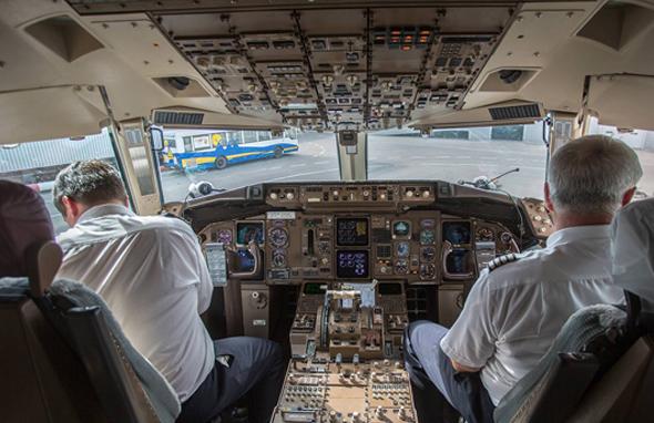 Агрессивные пассажиры часто требуют экстренно посадить самолет
