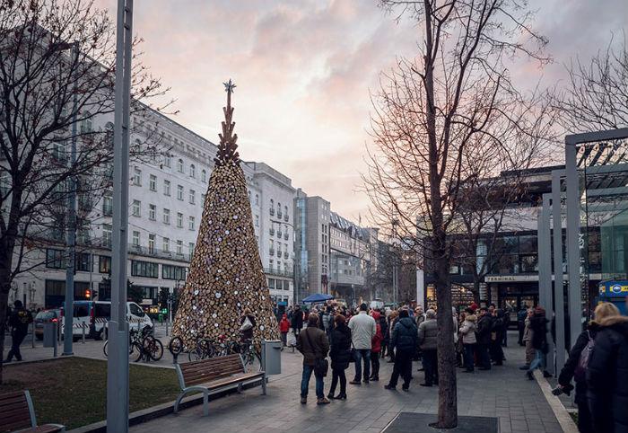 Будапешт удивил необычной рождественской елью