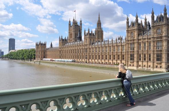 По Лондону запрятаны оригами в виде псов из банкнот 10 фунтов