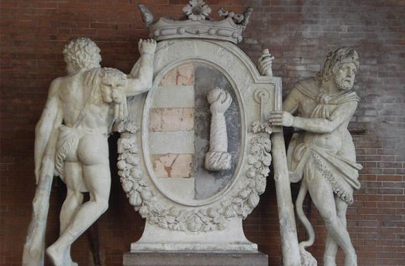 Неосторожные туристы в Италии повредили статую 1700 года
