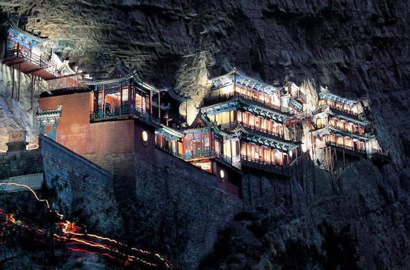 Храм в Китае в скале на высоте 40 м реконструируют только через 1400 лет