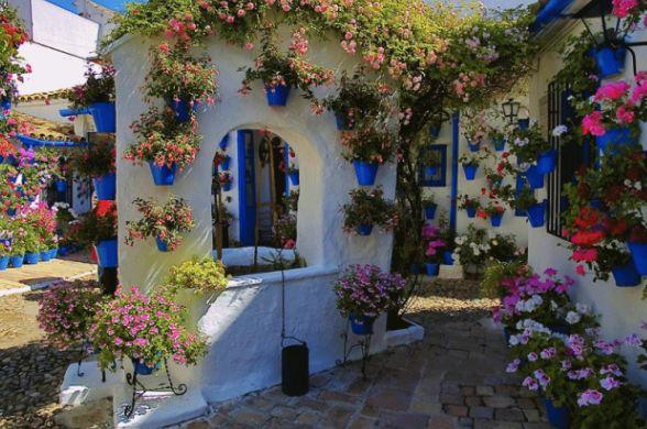 Цветочный дворик в Кордове, Андалусия