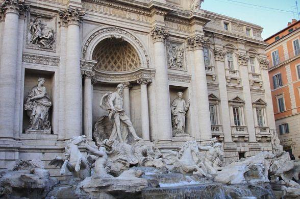 Знаменитый фонтан Треви в Риме снова открыт
