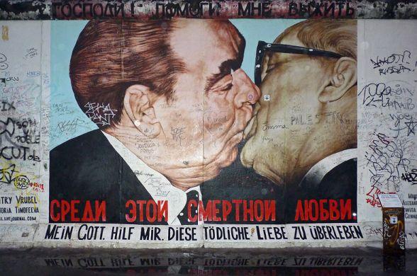 Берлинская стена под угрозой, и ее защитят
