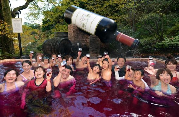 В Японии работает спа-курорт, где купаются в кофе, вине и супе