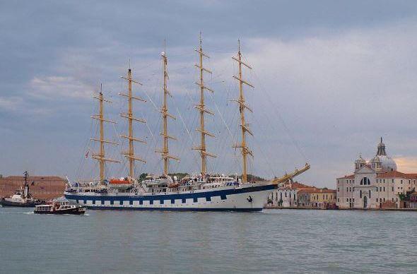 Гигантские лайнеры разрушают Венецию, местные протестуют